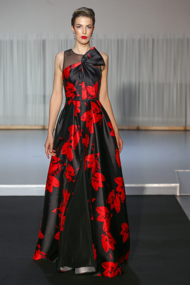 Christophe Guillarme - Defile Collection Automne-Hiver 2017-2018 - Diva Maria - L Atelier Renault - PFW - look 13 - longue robe portefeuille en faille de soie,  imprimee rouge et noir - red & black printed overlapped mikado silk long dress - Meryl - joaillerie Neuhaus - escarpin Carmen Steffens - coiffure Haute Coiffure Francaise Francis L Rhod - maquillage Make Up For Ever