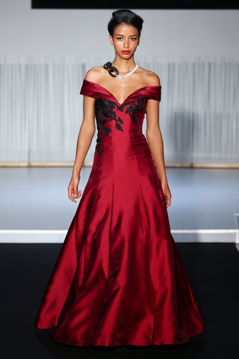 Christophe Guillarme - Defile Collection Automne-Hiver 2017-2018 - Diva Maria - L Atelier Renault - PFW - look 28 - maxi robe a encolure bateau en satin duchesse bordeaux appliquee de dentelle noire - off the shoulder maxi dress in burgundy duchess satin applied with black lace - Flora Coquerel - joaillerie Neuhaus - escarpin Carmen Steffens - coiffure Haute Coiffure Francaise Francis L Rhod - maquillage Make Up For Ever