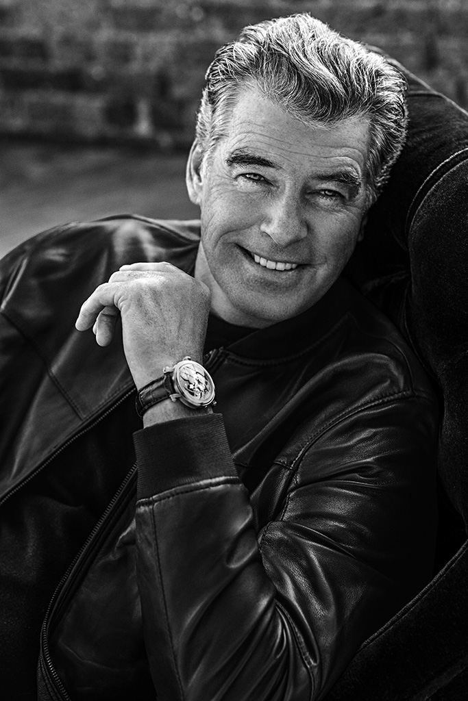PIERCE_BROSNAN_BW_Sitting_01_LQ